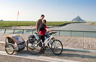 Famille à vélo face au Mont Saint-Michel