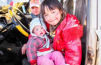 Famille kirghize dans un camion en Kirghizie