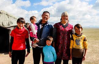 Famille kirghize devant une yourte en Kirghizie