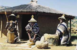 Femmes devant la case au Lesotho