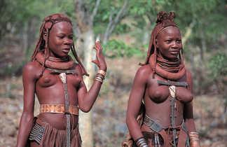Femmes himbas dans la région du Kaokoland en Namibie