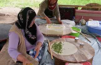 Femmes préparant un plat traditionnel turc, Turquie