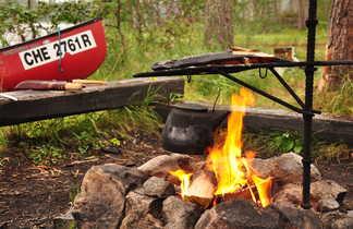 Feu de camp et canoë  en Finlande