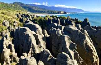 Formation géologique surprenante nommée Pancake rocks visible sur l'ile du Sud