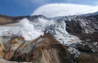Glacier sur les pentes du volcan Mutnovsky