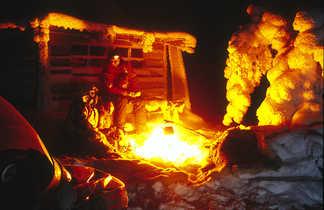 Groupe autour d'un feu de camp