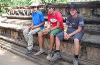 Groupe d'adolescents assis sur un rempart de temple au Sri Lanka
