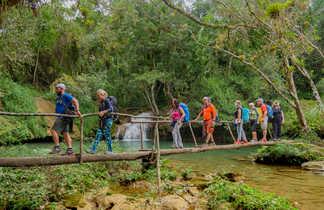 Groupe de randonneurs dans le parc naturel de Tope de Collantes