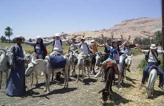 Groupe de voyageurs à dos d'ânes en Egypte