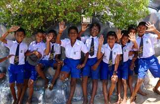 Groupe d'enfants en uniforme nous saluant au Sri Lanka