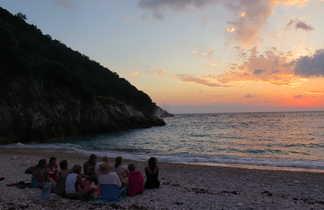 Groupe qui assiste au coucher de soleil , bivouac, karaburun, Albanie