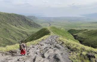 Guide masai dans la descente du Rift menant au lac Natron