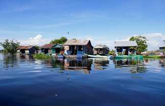Habitations flottantes sur le lac Tonlé Sap
