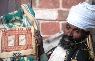 Homme d'église tenant un livre sacré en Ethiopie