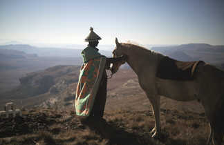 Homme du Lesotho avec son poney dans les montagnes