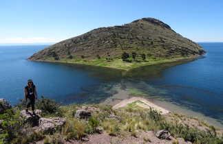 Randonneuse devant l'île du lac Titicaca, au large des côtes
