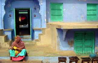 Indienne devant sa maison bleue, Jordhpur, Rajasthan