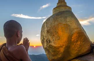 Jeune moine priant au rocher d'Or, Kyaiktiyo, Myanmar