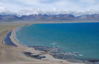 Le lac bleu Namsto et les montagnes au fond