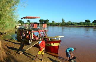 La navigation en chaland sur le fleuve Tsiribinha