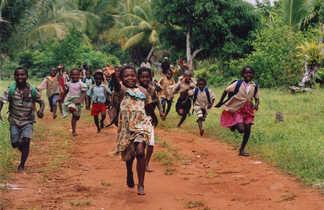 Enfants malgaches qui courent