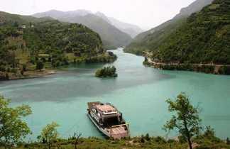 Lac de Koman dans le Nord de l'Albanie