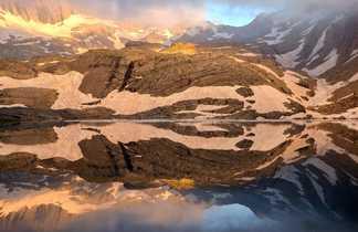 Lac de la région des Cauterets au coucher du soleil