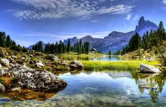Lac et refuge dans les Dolomites