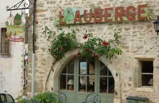 L'auberge à Châteauneuf avec une table et des chaises devant