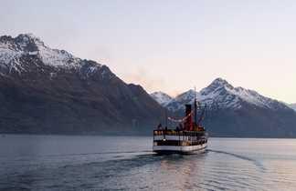 Le TSS Earnslaw navigant sur le lac Wakatipu.