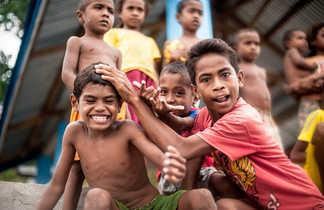 Les enfants des îles se prêtent au jeu de la séance photo... et font les clowns !