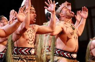 Les Maories en pleine démonstration de Haka, Danse guerrière traditionnelle.