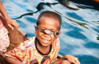 Lunettes de travers, mais les enfants sont d'excellents nageurs !