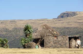Maison de pierre dans les hauts plateaux éthiopien
