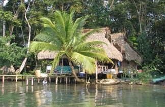 Maison sur le bord du fleuve Rio Dulce au Guatemala
