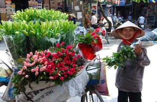 Marchande ambulante de fleurs à Hanoï au Vietnam