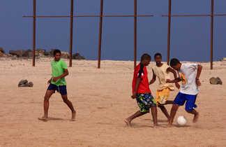 Match de football entre enfants au Cap Vert