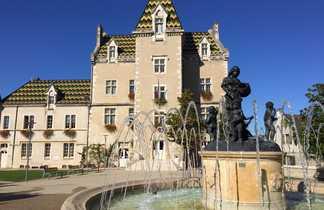Domaine de Meursault en arrière plan et fontaine sculptée au premier plan