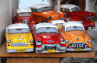 Miniature de voitures cubaines, artisanat sur un marché de Vinales à Cuba