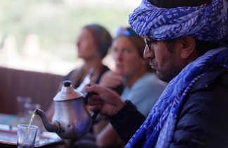 Mohamed Zbair qui sert le thé, Maroc