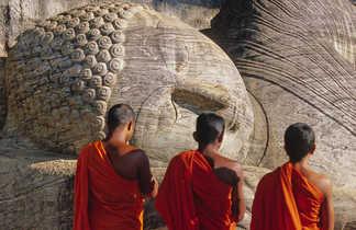 Moines-bouddhistes-en-prière-à-Polonnarwa-Sri-Lanka