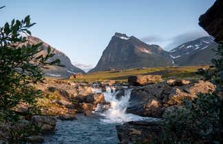 Montagne Tuolpagorni et cascade à Laddjujokka, Kungsledden, Suède