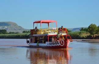 Navigation sur la Tsiribinha , fleuve de Mada