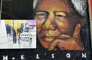 Nelson Mandela dessiné sur la façade d'un bâtiment à Johannesburg