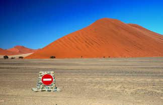 Panneau sens-interdit dans le désert du Namib