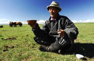 Partage d'un bol d'airag, le lait de jument fermenté,  steppe et hospitalité mongoles
