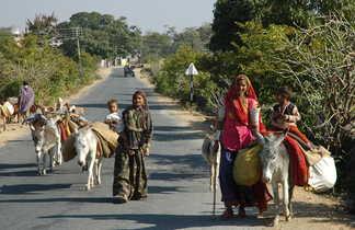 paysans sur une route de campagne en Inde