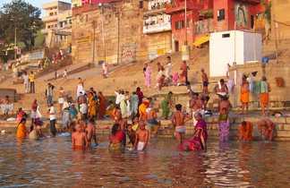 Pèlerins-se-baignant-dans-le-Gange-à-Bénarès