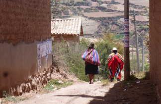 Une femme et un homme s'en allant dans les ruelles de leur village
