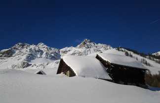 Petit hameau enneigé dans la vallée de la Clarée, Alpes du sud